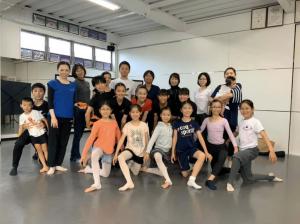 バレエダンサーに対するトレーニングセミナー集合写真